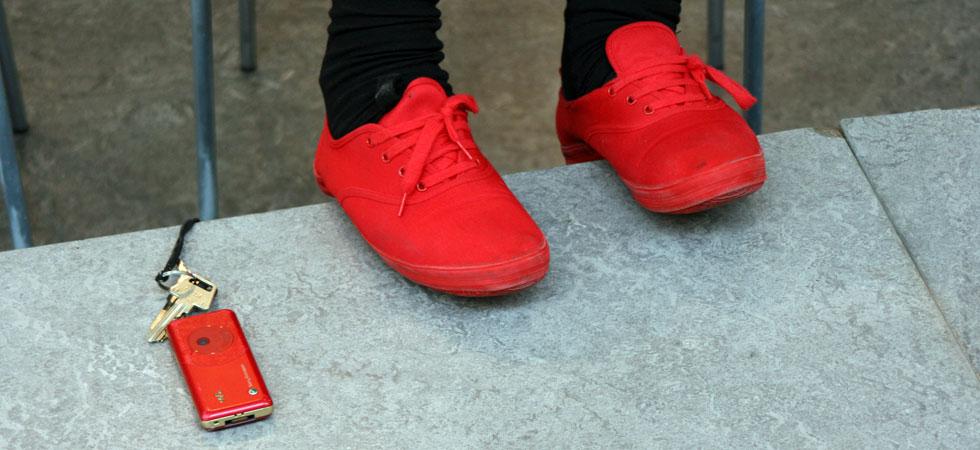 Röd mobil och röda skor