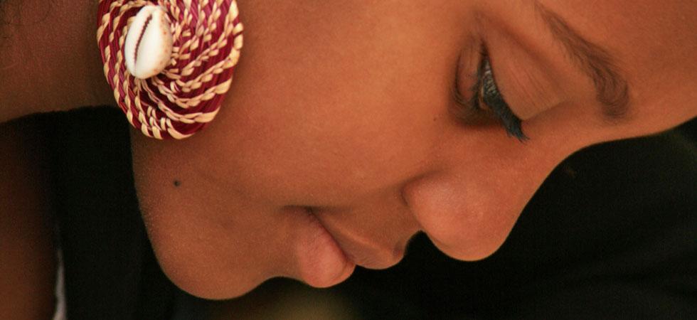 Mörk profil med örhänge