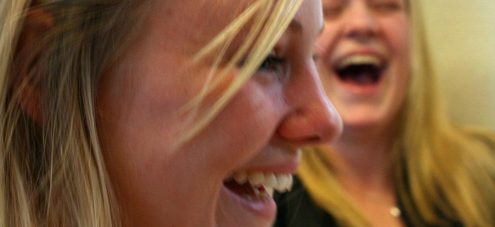 Två skrattande tjejer