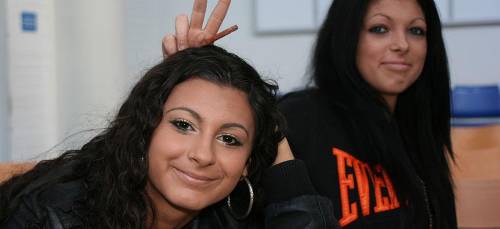 Två spexande tjejer i Växjö