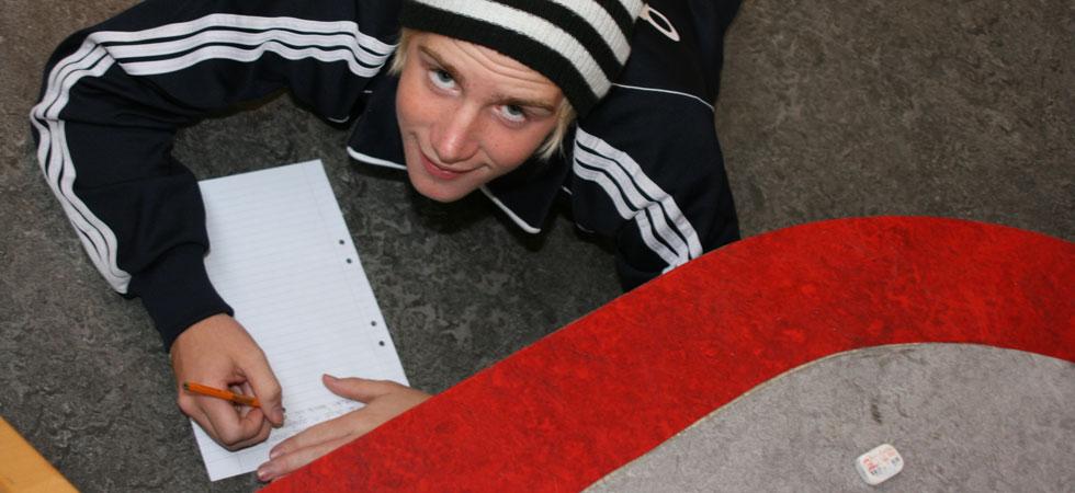 Kille skriver på golvet röd rand